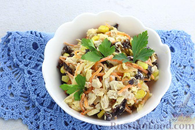 Фото приготовления рецепта: Салат с курицей, черносливом, морковью по-корейски, кукурузой и сыром - шаг №14
