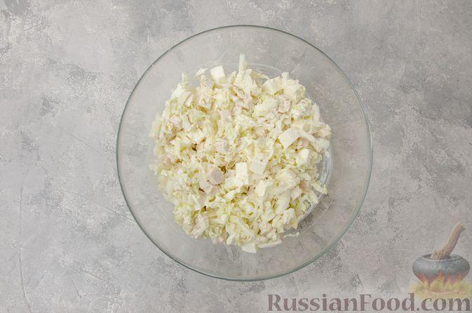 Фото приготовления рецепта: Салат с курицей, пекинской капустой, брынзой и сметанно-горчичной заправкой - шаг №10