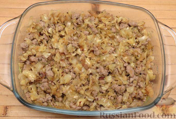 Фото приготовления рецепта: Капустная запеканка с мясным фаршем и беконом - шаг №12