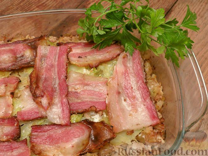 Фото приготовления рецепта: Капустная запеканка с мясным фаршем и беконом - шаг №14