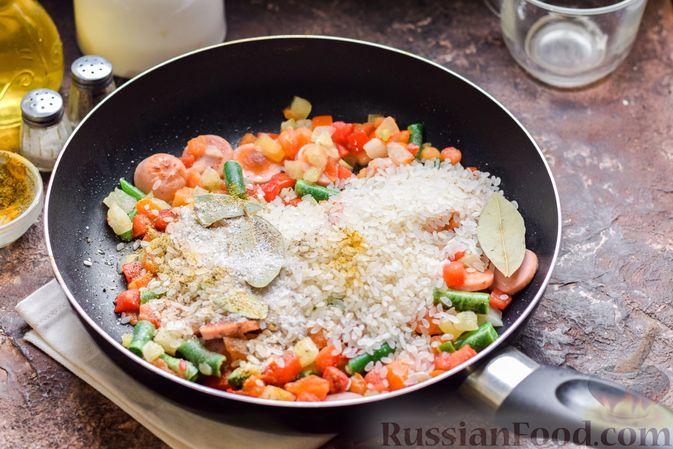 Фото приготовления рецепта: Рис с замороженными овощами и сосисками (на сковороде) - шаг №5