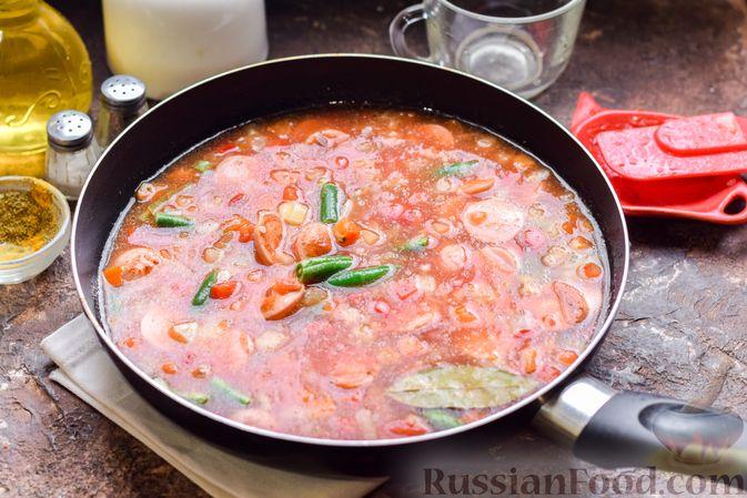 Фото приготовления рецепта: Рис с замороженными овощами и сосисками (на сковороде) - шаг №7