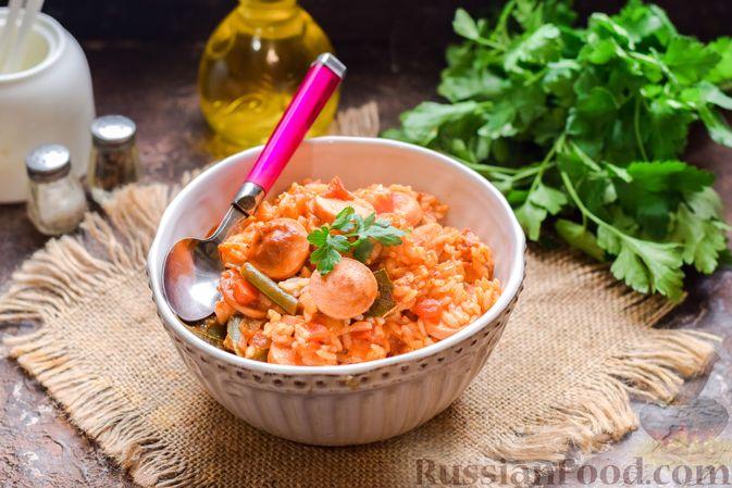 Фото приготовления рецепта: Рис с замороженными овощами и сосисками (на сковороде) - шаг №9