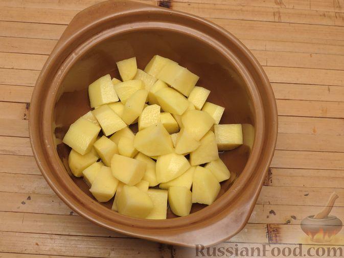 Фото приготовления рецепта: Картошка, запечённая с цветной капустой, сливками и сыром - шаг №3