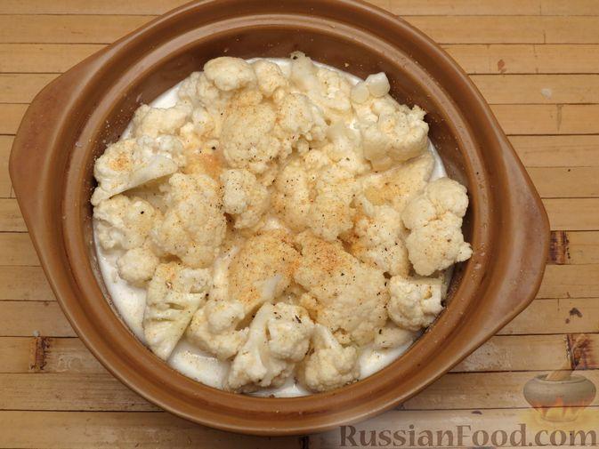 Фото приготовления рецепта: Картошка, запечённая с цветной капустой, сливками и сыром - шаг №5