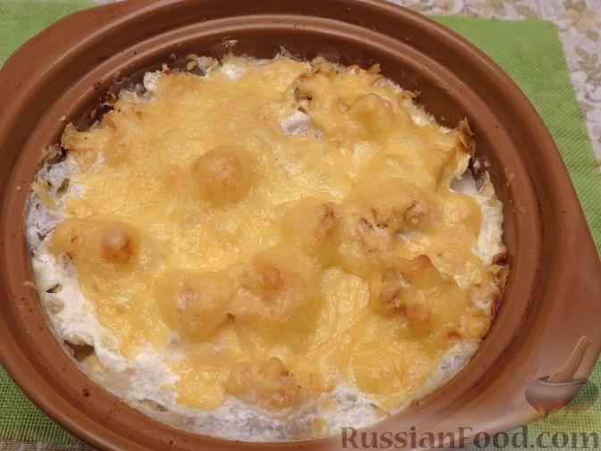 Фото приготовления рецепта: Картошка, запечённая с цветной капустой, сливками и сыром - шаг №8