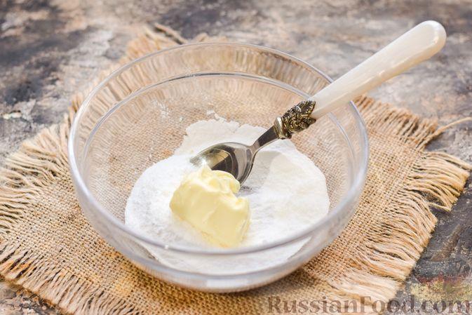 Фото приготовления рецепта: Маффины на йогурте, с орехами, изюмом, цедрой и розмарином - шаг №2