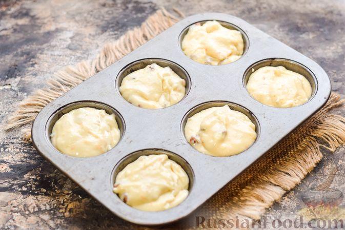 Фото приготовления рецепта: Маффины на йогурте, с орехами, изюмом, цедрой и розмарином - шаг №10