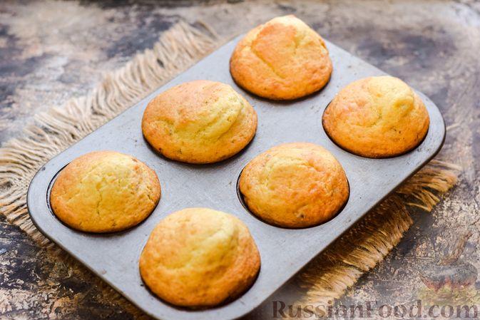Фото приготовления рецепта: Маффины на йогурте, с орехами, изюмом, цедрой и розмарином - шаг №11