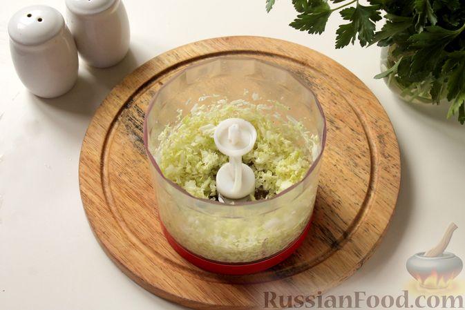Фото приготовления рецепта: Котлеты из мясного фарша с пекинской капустой, картофелем и тыквой - шаг №4