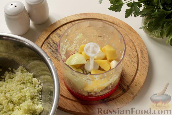 Фото приготовления рецепта: Котлеты из мясного фарша с пекинской капустой, картофелем и тыквой - шаг №5