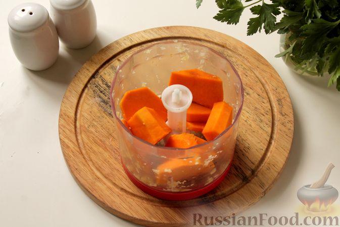 Фото приготовления рецепта: Котлеты из мясного фарша с пекинской капустой, картофелем и тыквой - шаг №7