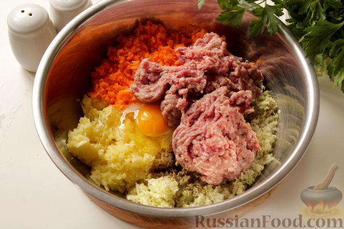 Фото приготовления рецепта: Котлеты из мясного фарша с пекинской капустой, картофелем и тыквой - шаг №10