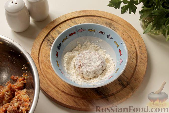Фото приготовления рецепта: Котлеты из мясного фарша с пекинской капустой, картофелем и тыквой - шаг №12