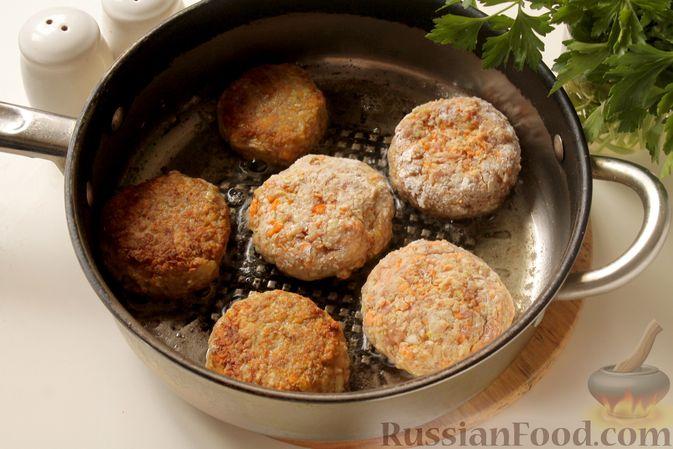 Фото приготовления рецепта: Котлеты из мясного фарша с пекинской капустой, картофелем и тыквой - шаг №13