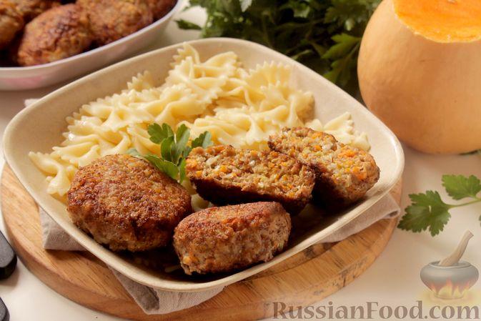 Фото приготовления рецепта: Котлеты из мясного фарша с пекинской капустой, картофелем и тыквой - шаг №15