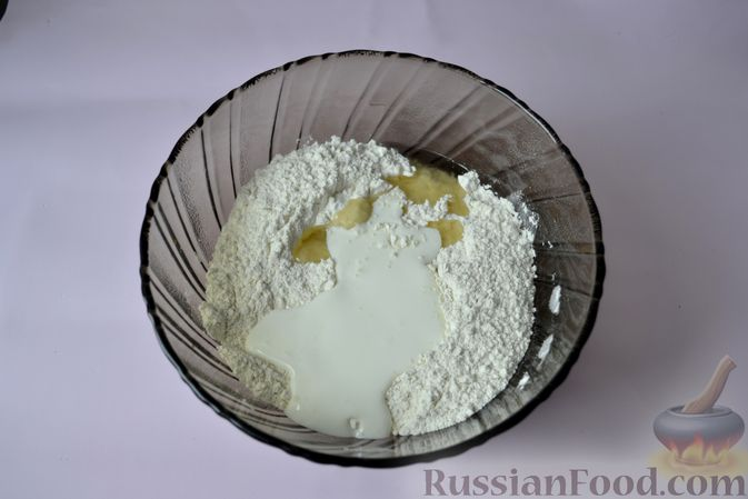 Фото приготовления рецепта: Дрожжевой пирог на кефире, с колбасой и сыром - шаг №3