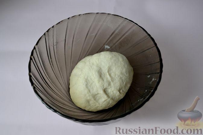 Фото приготовления рецепта: Дрожжевой пирог на кефире, с колбасой и сыром - шаг №4