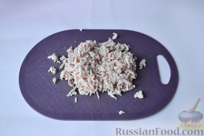 Фото приготовления рецепта: Дрожжевой пирог на кефире, с колбасой и сыром - шаг №6