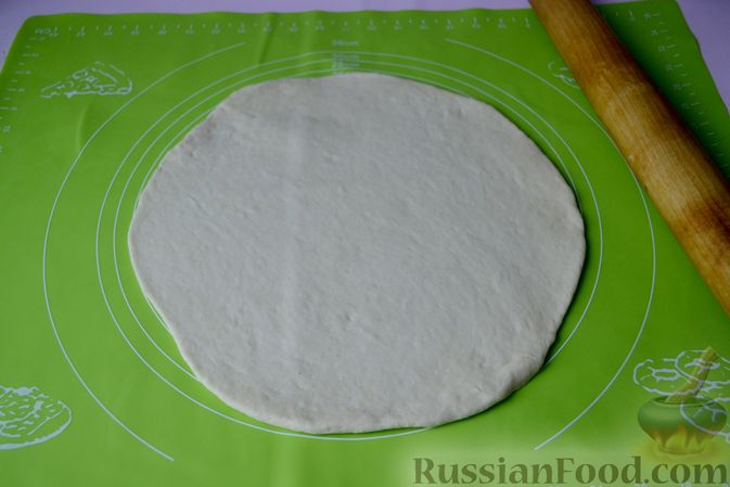 Фото приготовления рецепта: Дрожжевой пирог на кефире, с колбасой и сыром - шаг №9
