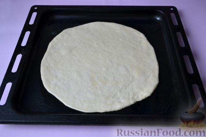 Фото приготовления рецепта: Дрожжевой пирог на кефире, с колбасой и сыром - шаг №10