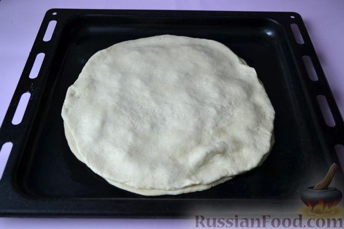 Фото приготовления рецепта: Дрожжевой пирог на кефире, с колбасой и сыром - шаг №13