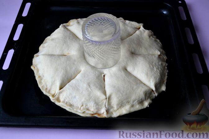 Фото приготовления рецепта: Дрожжевой пирог на кефире, с колбасой и сыром - шаг №16