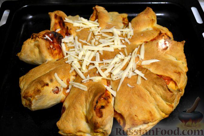 Фото приготовления рецепта: Дрожжевой пирог на кефире, с колбасой и сыром - шаг №18