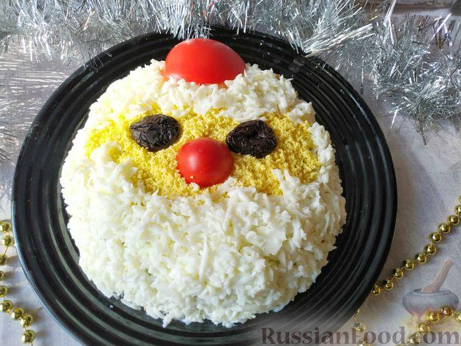 Фото к рецепту: Салат с курицей, черносливом и грибами (в новогодней подаче)