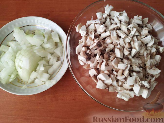 Фото приготовления рецепта: Салат с курицей, черносливом и грибами (в новогодней подаче) - шаг №2