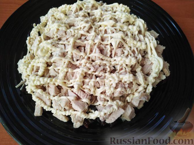 Фото приготовления рецепта: Салат с курицей, черносливом и грибами (в новогодней подаче) - шаг №6