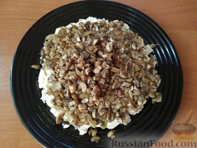 Фото приготовления рецепта: Салат с курицей, черносливом и грибами (в новогодней подаче) - шаг №7