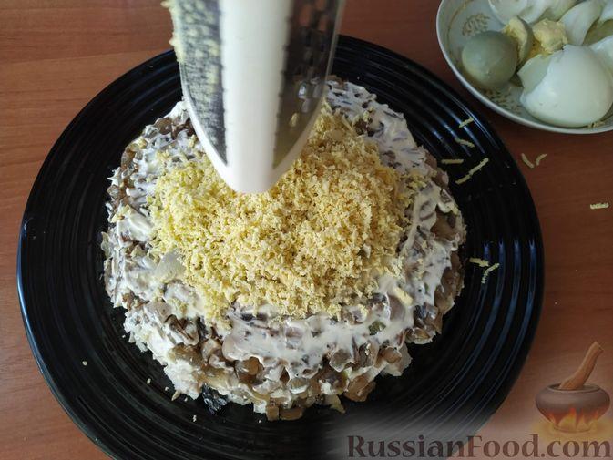Фото приготовления рецепта: Салат с курицей, черносливом и грибами (в новогодней подаче) - шаг №8