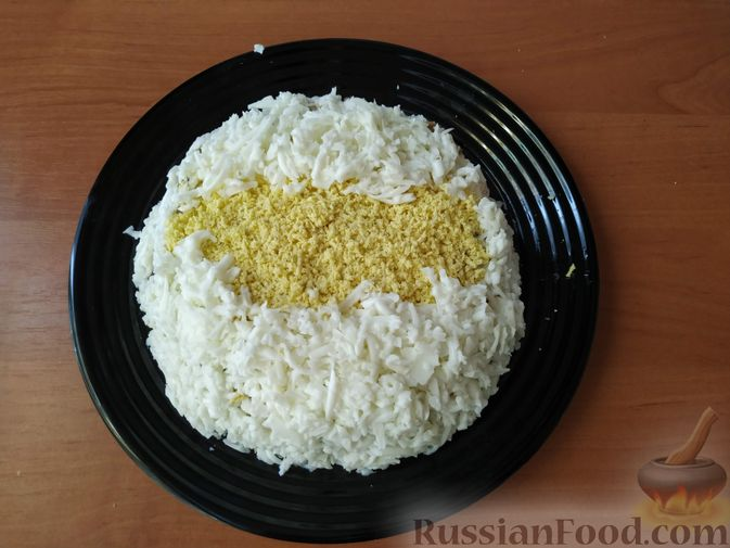 Фото приготовления рецепта: Салат с курицей, черносливом и грибами (в новогодней подаче) - шаг №9