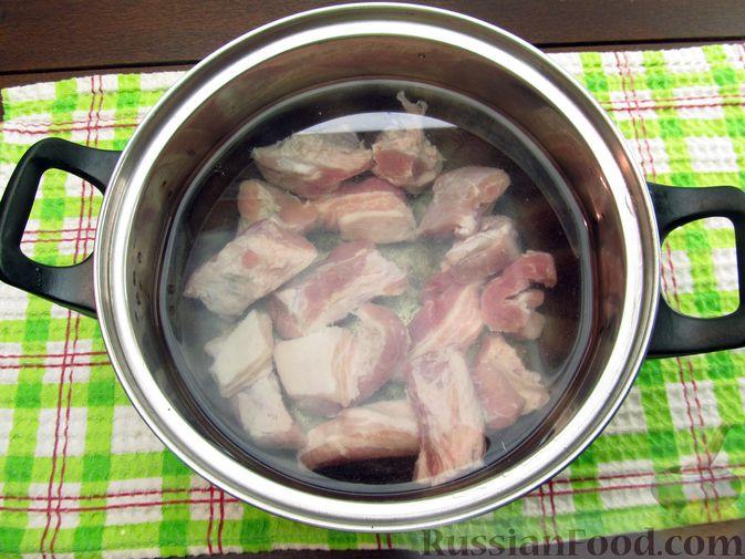 Фото приготовления рецепта: Щи из квашеной капусты с ребрышками и грудинкой - шаг №2