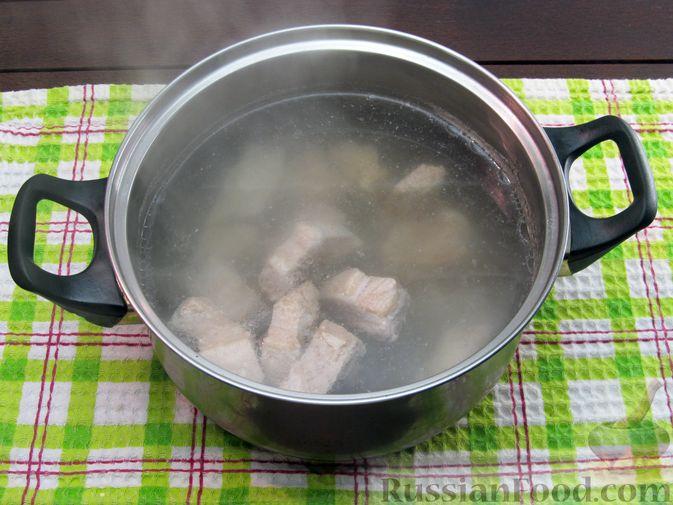 Фото приготовления рецепта: Щи из квашеной капусты с ребрышками и грудинкой - шаг №3