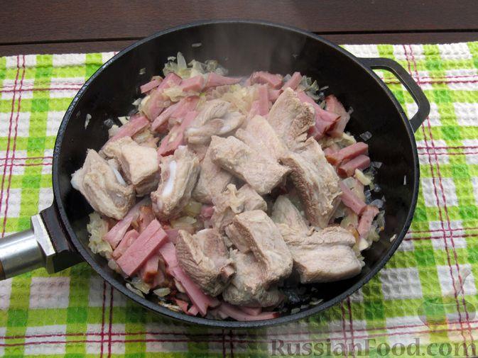 Фото приготовления рецепта: Щи из квашеной капусты с ребрышками и грудинкой - шаг №11