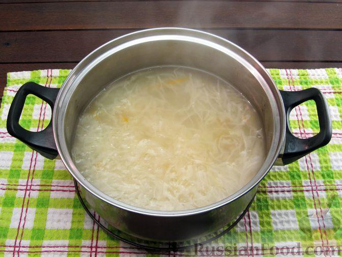 Фото приготовления рецепта: Щи из квашеной капусты с ребрышками и грудинкой - шаг №6