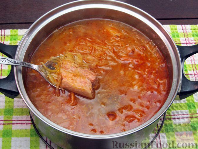 Фото приготовления рецепта: Щи из квашеной капусты с ребрышками и грудинкой - шаг №17