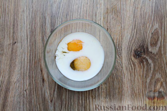 Фото приготовления рецепта: Омлет с пекинской капустой - шаг №4