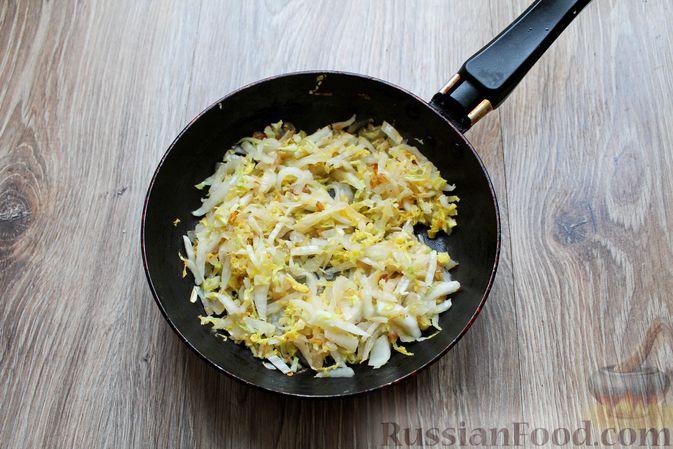 Фото приготовления рецепта: Омлет с пекинской капустой - шаг №3