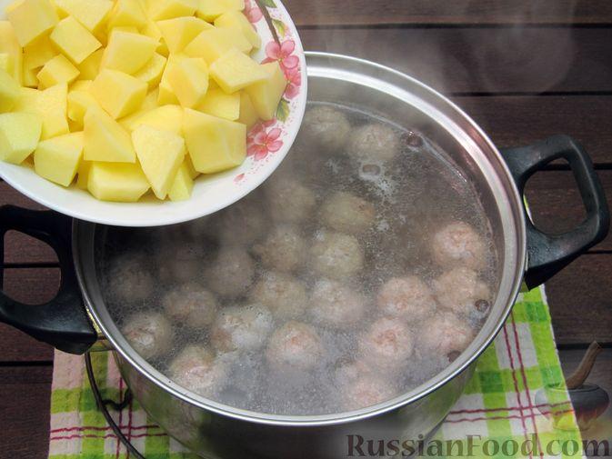 Фото приготовления рецепта: Суп перловкой, фрикадельками и солеными огурцами - шаг №13