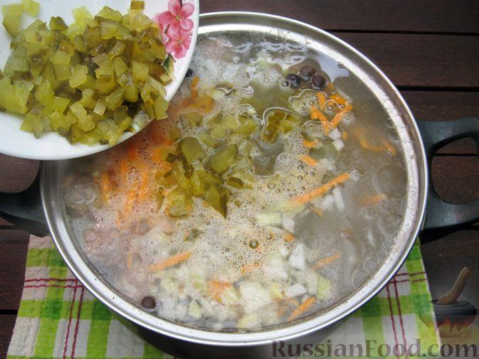 Фото приготовления рецепта: Суп перловкой, фрикадельками и солеными огурцами - шаг №17