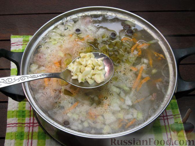 Фото приготовления рецепта: Суп перловкой, фрикадельками и солеными огурцами - шаг №18