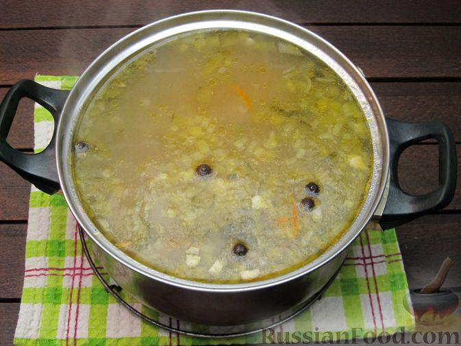 Фото приготовления рецепта: Суп перловкой, фрикадельками и солеными огурцами - шаг №19
