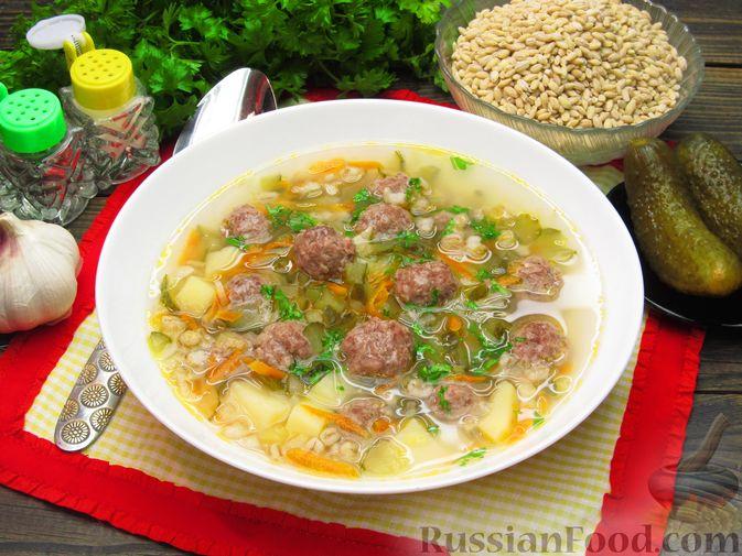 Фото к рецепту: Суп перловкой, фрикадельками и солеными огурцами