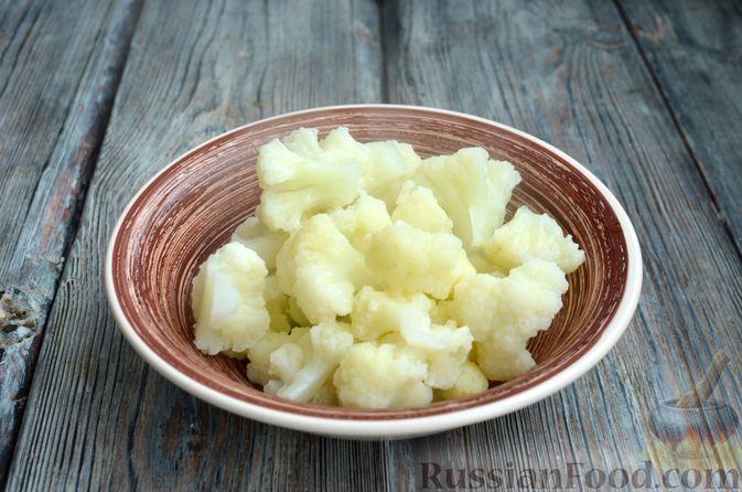 Фото приготовления рецепта: Цветная капуста, запечённая с макаронами и сыром - шаг №4