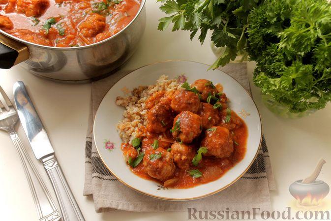 Фото к рецепту: Мясные тефтели в томатно-грибном соусе