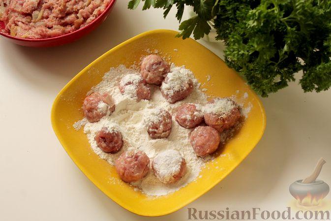 Фото приготовления рецепта: Мясные тефтели в томатно-грибном соусе - шаг №5