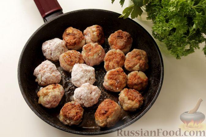 Фото приготовления рецепта: Мясные тефтели в томатно-грибном соусе - шаг №6